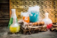 Dynamiczna chemiczna reakcja podczas chemii lekci obrazy royalty free