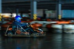Dynamiczna karting rywalizacja przy pr?dko?ci? z rozmytym ruchem na wyposa?aj?cym racecourse obrazy stock