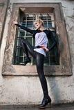 dynamiczna mody modela poza zdjęcie royalty free