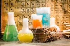Dynamiczna reakcja w chemicznym starej szkoły laboratorium zdjęcia royalty free