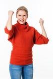 Dynamiczna 20s blond kobieta marszczy brwi z rękami podnosić dla rywalizaci Zdjęcie Royalty Free