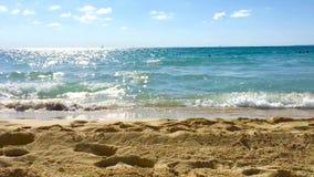 Dynamiczne fale zbliżają się piaskowatą plażę w slowmotion zdjęcie wideo