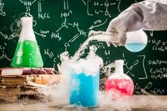Dynamiczni substancja chemiczna testy w starej szkoły laboratorium obrazy stock
