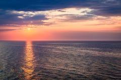 Dynamiczny półmrok nad spokojnym oceanem w lecie, morze bałtyckie obraz stock