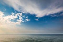 Dynamiczny zmierzch nad spokojnym morzem w lecie Zdjęcie Royalty Free