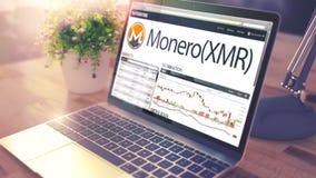 Dynamiken av kostnad av MONERO på theLaptopskärmen Cryptocurren fotografering för bildbyråer