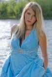 Dynamisch beeld van een vrouw door een rivier die een kom houdt royalty-vrije stock afbeeldingen