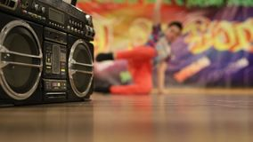 Dynamisch dansen jongensachtig op de dansvloer stock footage