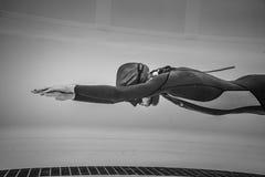 Dynamisch keine Flossen Freediver während der Leistung vom Underwater stockbilder