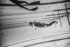 Dynamisch keine Flossen Freediver während der Leistung vom Underwater lizenzfreies stockbild