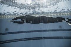 Dynamisch mit Leistung der Flossen-(Dyn) vom Underwater lizenzfreie stockbilder