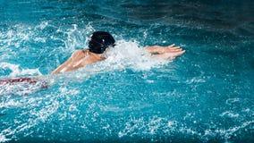 Dynamische en geschikte zwemmer stock fotografie