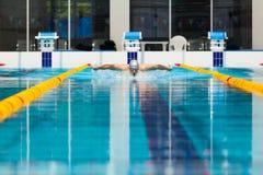 Dynamische en geschikte zwemmer die in GLB uitvoerend de vlinderslag ademen royalty-vrije stock foto's