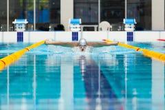 Dynamische en geschikte zwemmer die in GLB uitvoerend de vlinderslag ademen royalty-vrije stock afbeelding