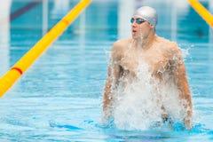Dynamische en geschikte zwemmer in GLB-ademhaling het presteren uit springend het water, concept overwinning, vrijheid, geluk royalty-vrije stock foto