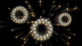 Dynamische Kerstmiskroon, wit en gouden met sterren en stralen van lichte, sterrige motie op zwarte stock video