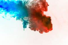 Dynamische rookwolken van blauwe grijze en oranje kleuren op een witte stroom die als achtergrond regelmatig golven kleuren die e vector illustratie