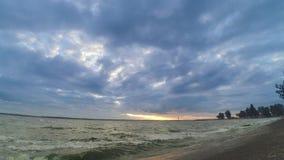 Dynamische tijdtijdspanne met kleurrijke wolken over water stock video