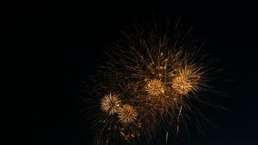 Dynamische voltooiing van de begroeting op de stadsdag, afwerking van grote uitbarstingen van vuurwerk op de nachthemel royalty-vrije stock afbeeldingen