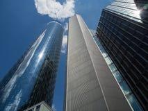 Dynamische Wolkenkratzer im Finanzbezirk von Frankfurt, Deutschland Stockbilder