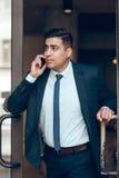 Dynamischer erfolgreicher Geschäftsmann in der Eile Stockfotografie