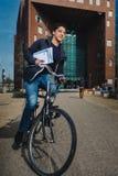 Dynamischer Fahrradbriefträger stockbild