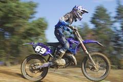 Dynamischer Schuss der Nahaufnahme des Motocrossrennläufers Stockfoto