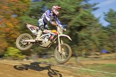 Dynamischer Schuss der Nahaufnahme des Motocrosssprunges Lizenzfreie Stockbilder