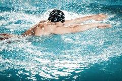 Dynamischer und geeigneter Schwimmer Lizenzfreie Stockfotografie