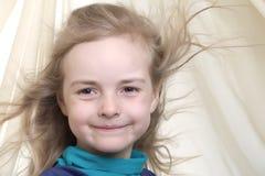 Dynamisches Portrait eines glücklichen Mädchens Stockfotografie