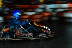 Dynamisk karting konkurrens p? hastighet med oskarp r?relse p? en utrustad racerbana fotografering för bildbyråer