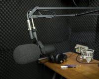 Dynamisk mikrofon i inspelningstudio Arkivbilder