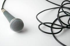 Dynamisk mikrofon med kabel på vit bakgrund Arkivfoton