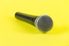 Dynamisk mikrofon på gul bakgrund mic Royaltyfri Foto