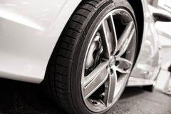 Dynamisk sikt av den moderna bilen Royaltyfri Bild