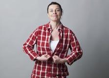 Dynamisk 40-talkvinna som tätt gör en gest med nävar och armar Royaltyfri Fotografi
