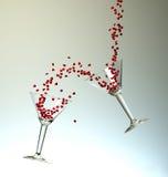 Dynamiska coctailar med små röda hjärtor Arkivfoton