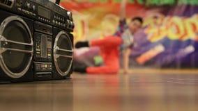 Dynamiskt dansa som är pojkaktigt på dansgolvet arkivfilmer