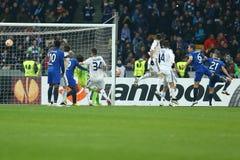 Dynamo Kyiv som försvarar efter hörnspark, runda för UEFA-Europaliga av den andra matchen för ben 16 mellan dynamo och Everton royaltyfria foton