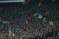DynamoKyiv fans med flaggor av Ukraina och den ukrainska rebelliska armén, runda för UEFA-Europaliga av den andra matchen för ben Arkivfoton