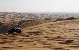 Dynbarnvagn i den Dubai öknen Royaltyfria Bilder