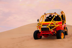 Dynbarnvagn i en öken nära Huacachina, Peru Arkivfoto