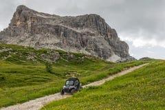 Dynbarnvagn på en grusväg i Dolomites, Cinque Torri, Dolomites, 16 Augusti 2015 Royaltyfri Bild