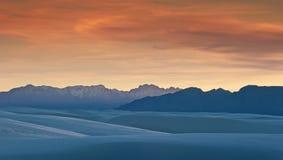 Dyner och berg av vita Sands Royaltyfri Fotografi