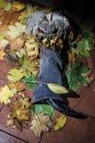 Dyniowa dźwigarka je mężczyzna ` s nogę halloween obrazy royalty free
