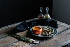 Dyniowa polewka słuzyć w bani i pieczarce na talerza zmroku, i markotny Obrazy Royalty Free