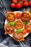 Dyniowe mini pizze Halloween przyjęcie taktują, kreatywnie pomysł dla obraz stock