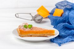 Dyniowego kulebiaka Domowej roboty deserowa jesień wyśmienicie Kawałek tradycyjny tort z rżniętą banią na białym drewnianym tle J Fotografia Royalty Free