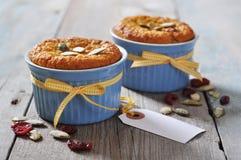Dyniowi muffins w ceramicznej pieczenie foremce Fotografia Royalty Free