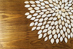 Dyniowi ziarna zawierający w kwiatu okręgach na zmroku wsiadają Dla a Fotografia Royalty Free